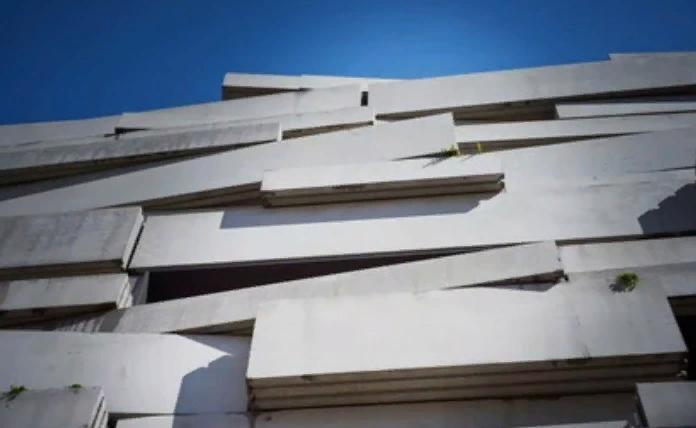 Стена школы в Париже